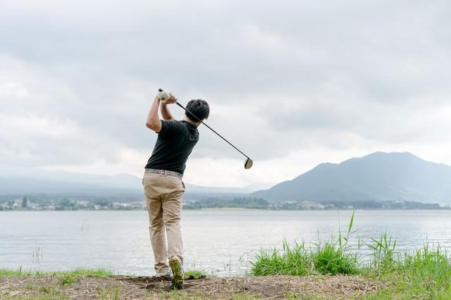 ゴルファーのスイング(フィニッシュ)の写真