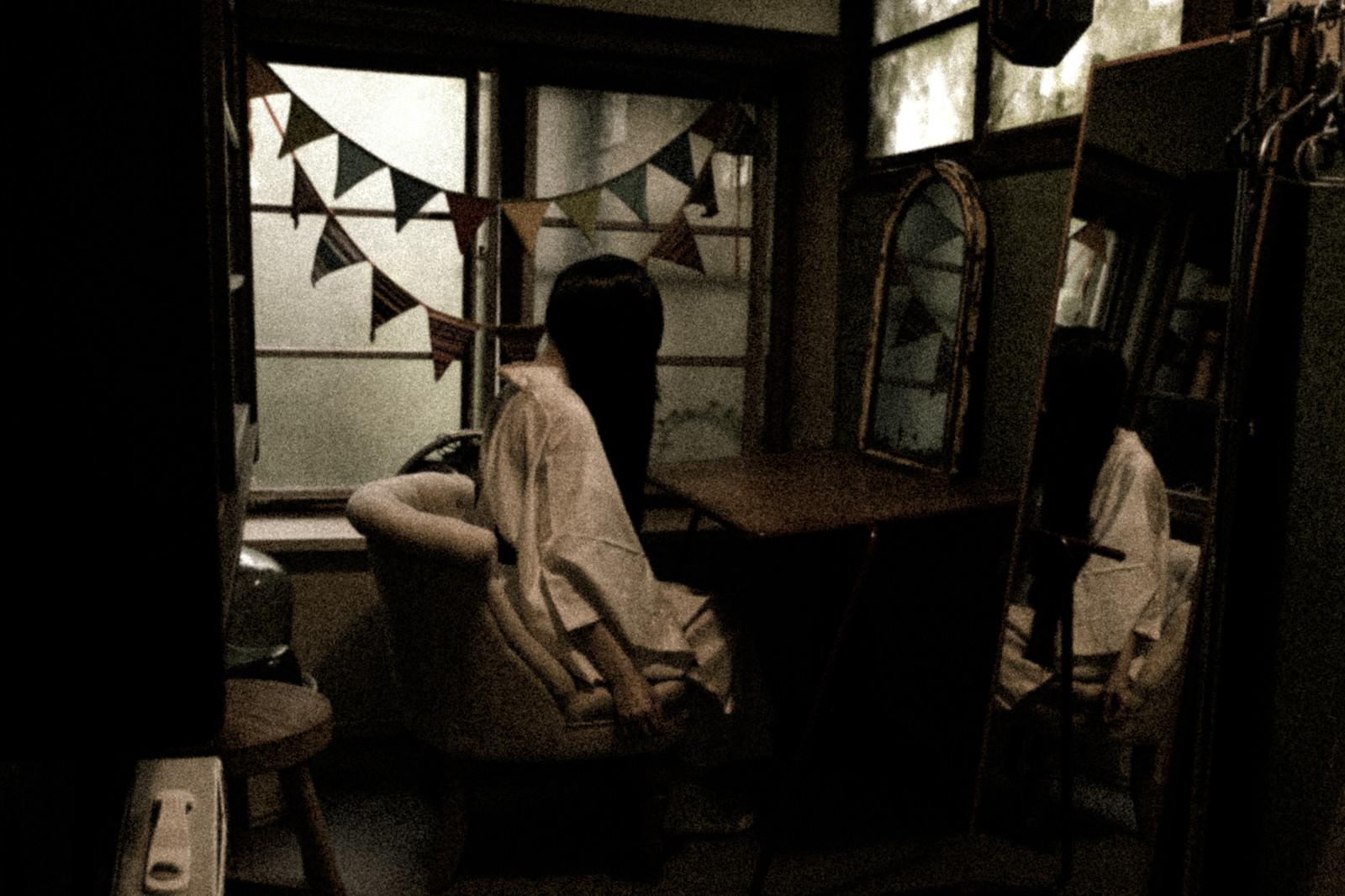 「ハロウィンだと聞いて白装束に着替える女性」の写真[モデル:緋真煉]