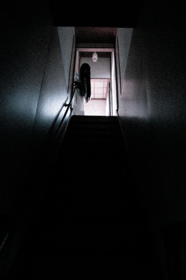 二階から誰かが降りてくるの写真