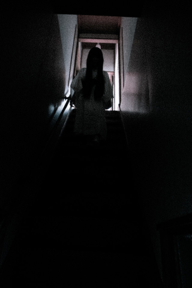 不気味な人影が階段を降りてくるの写真
