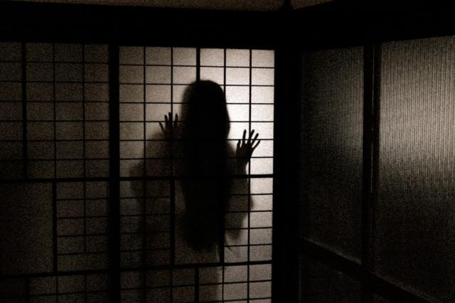 深夜、誰もいない部屋に人影が…の写真