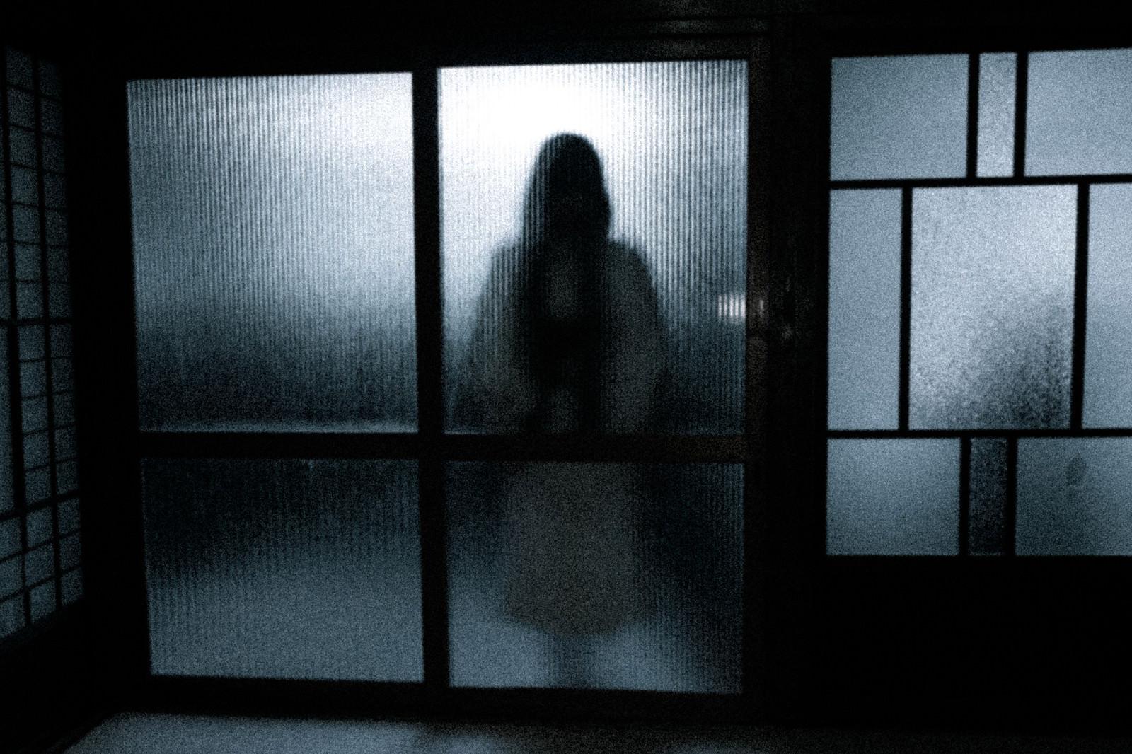 「磨りガラスにうっすらの女性」の写真[モデル:緋真煉]