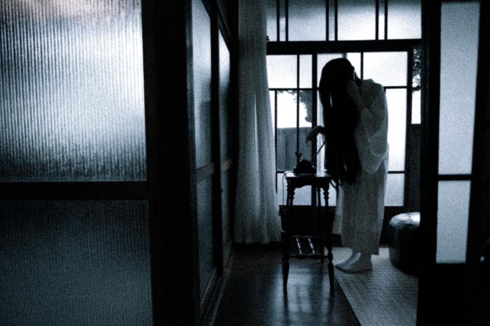 「呪いの電話をかける」の写真[モデル:緋真煉]