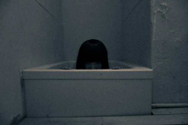 仄暗い風呂場の底からの写真