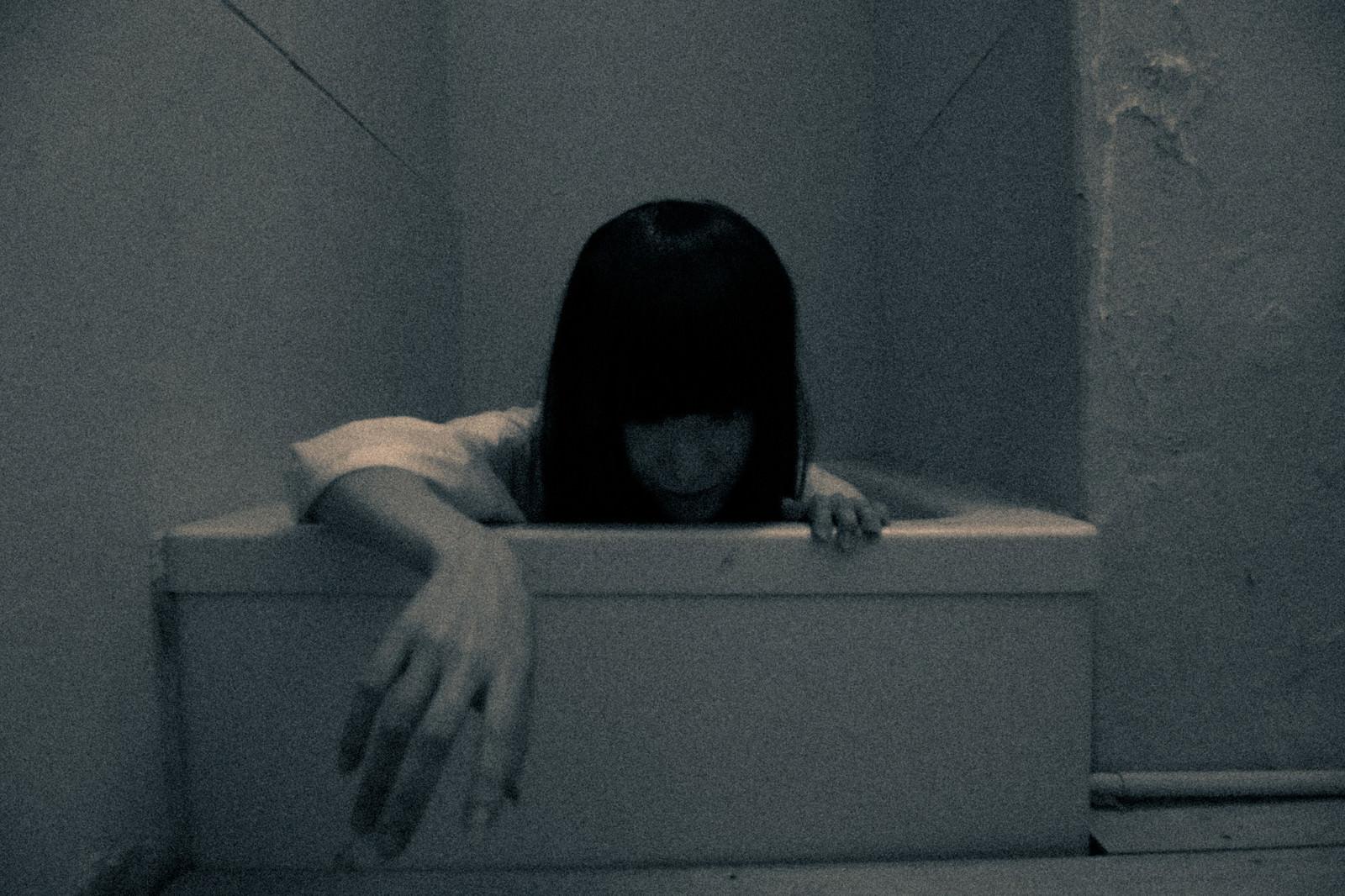 「底から這い出る怨霊」の写真[モデル:緋真煉]