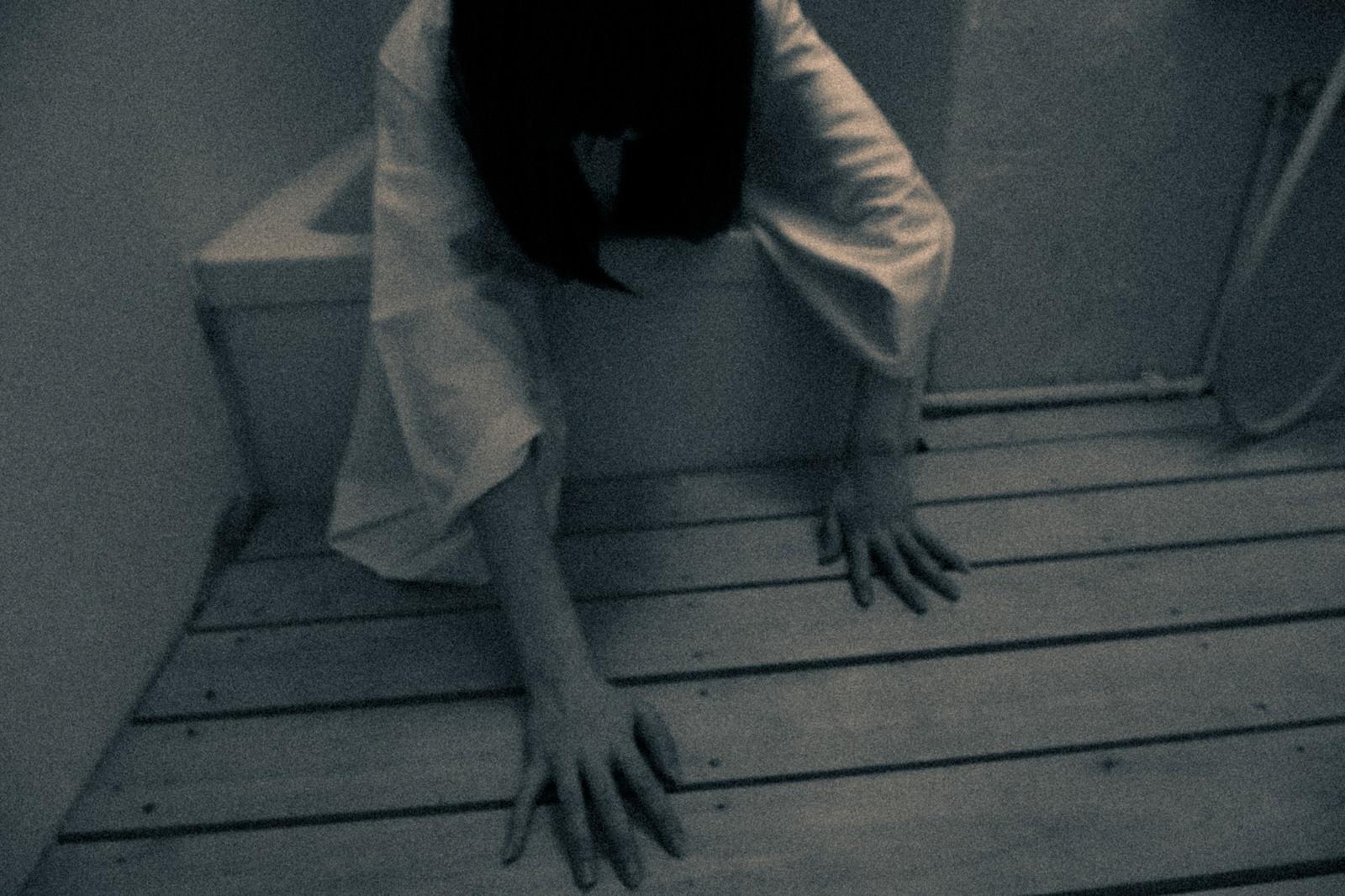 「お風呂場から這いずり出る様子」の写真[モデル:緋真煉]