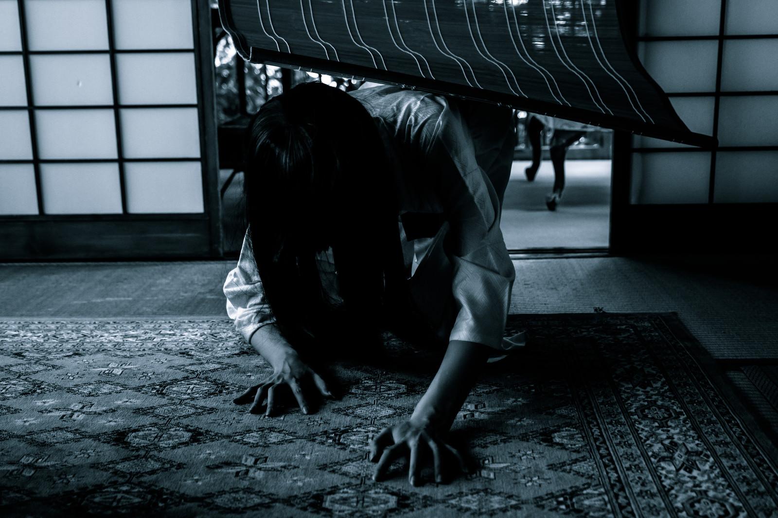 「ジリジリ迫りくる恐怖」の写真[モデル:緋真煉]