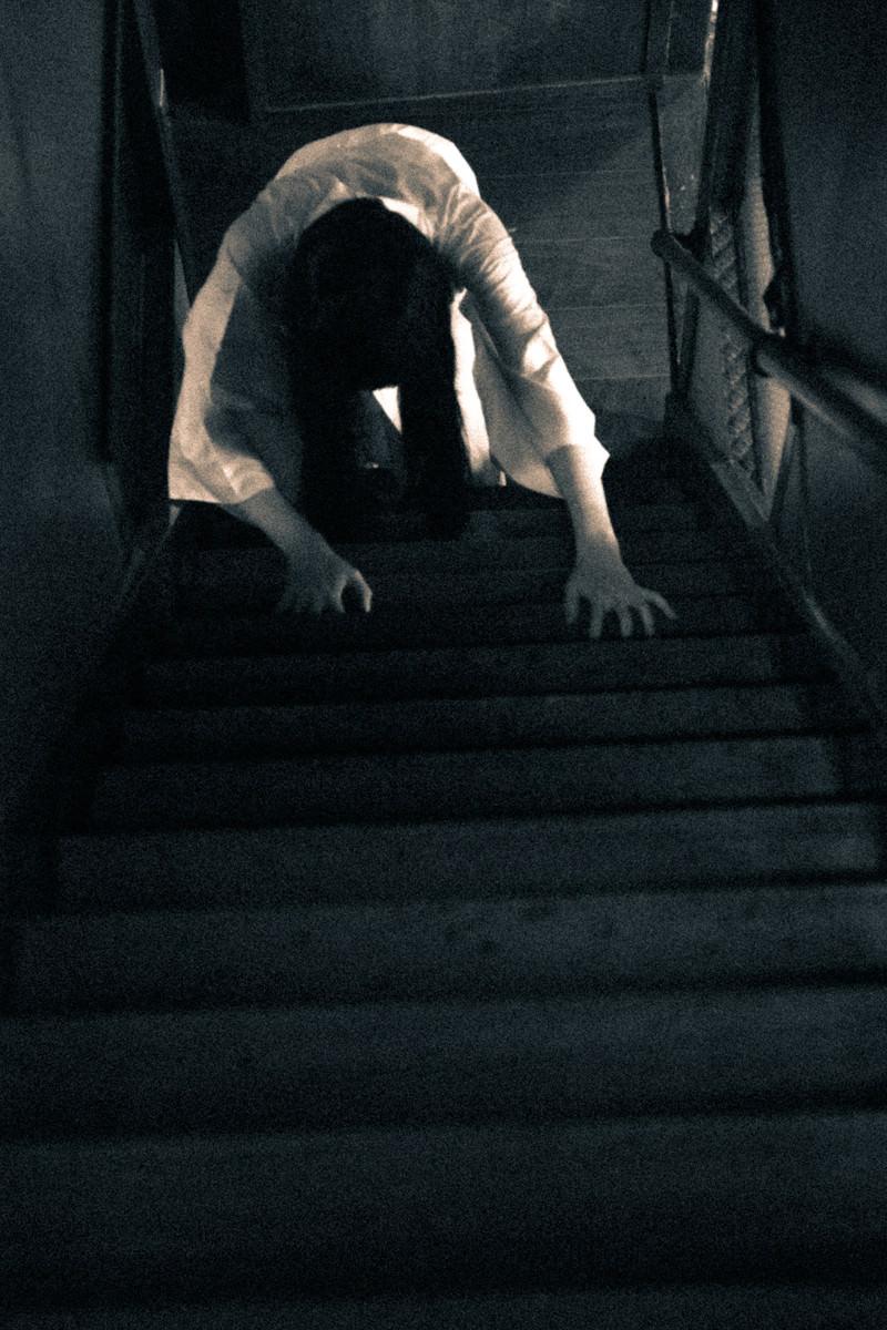 「階段を這う女」の写真[モデル:緋真煉]