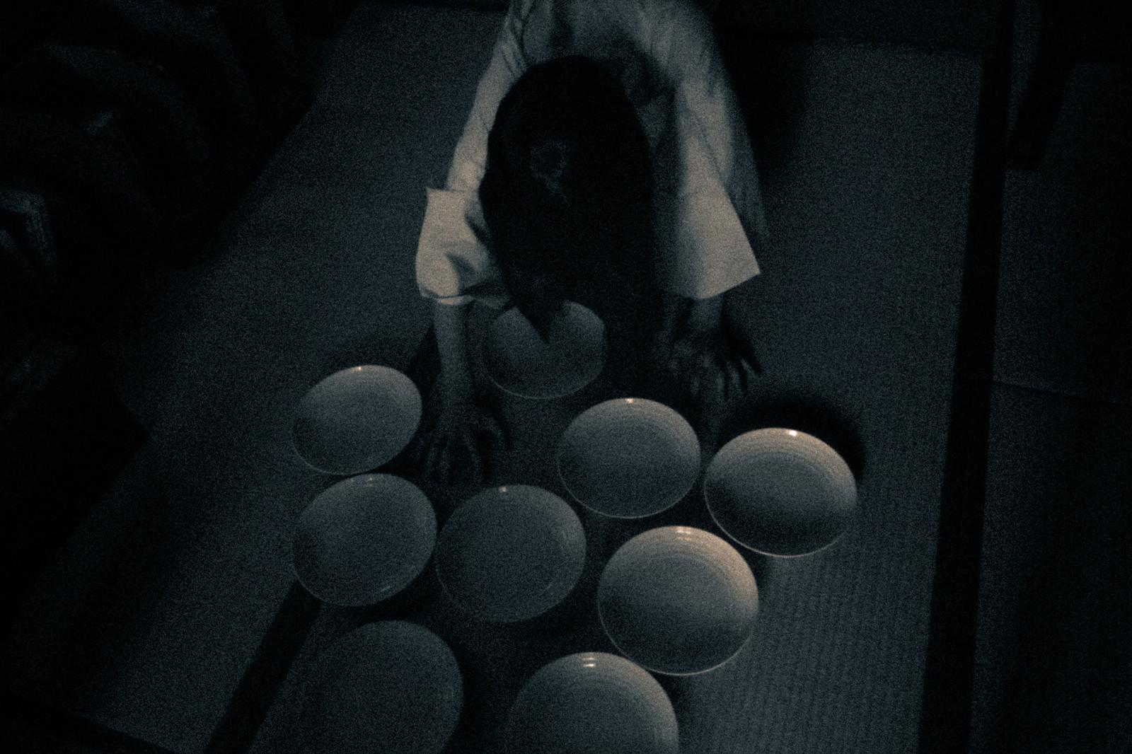 「お皿を並べるゆうれい」の写真[モデル:緋真煉]