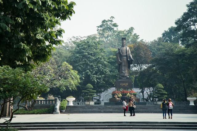 ベトナム・ハノイのリータイトー公園にある李太祖(リータイトー)のブロンズ像の写真