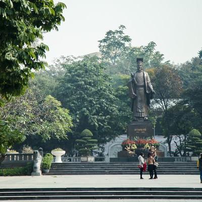 「ベトナム・ハノイのリータイトー公園にある李太祖(リータイトー)のブロンズ像」の写真素材