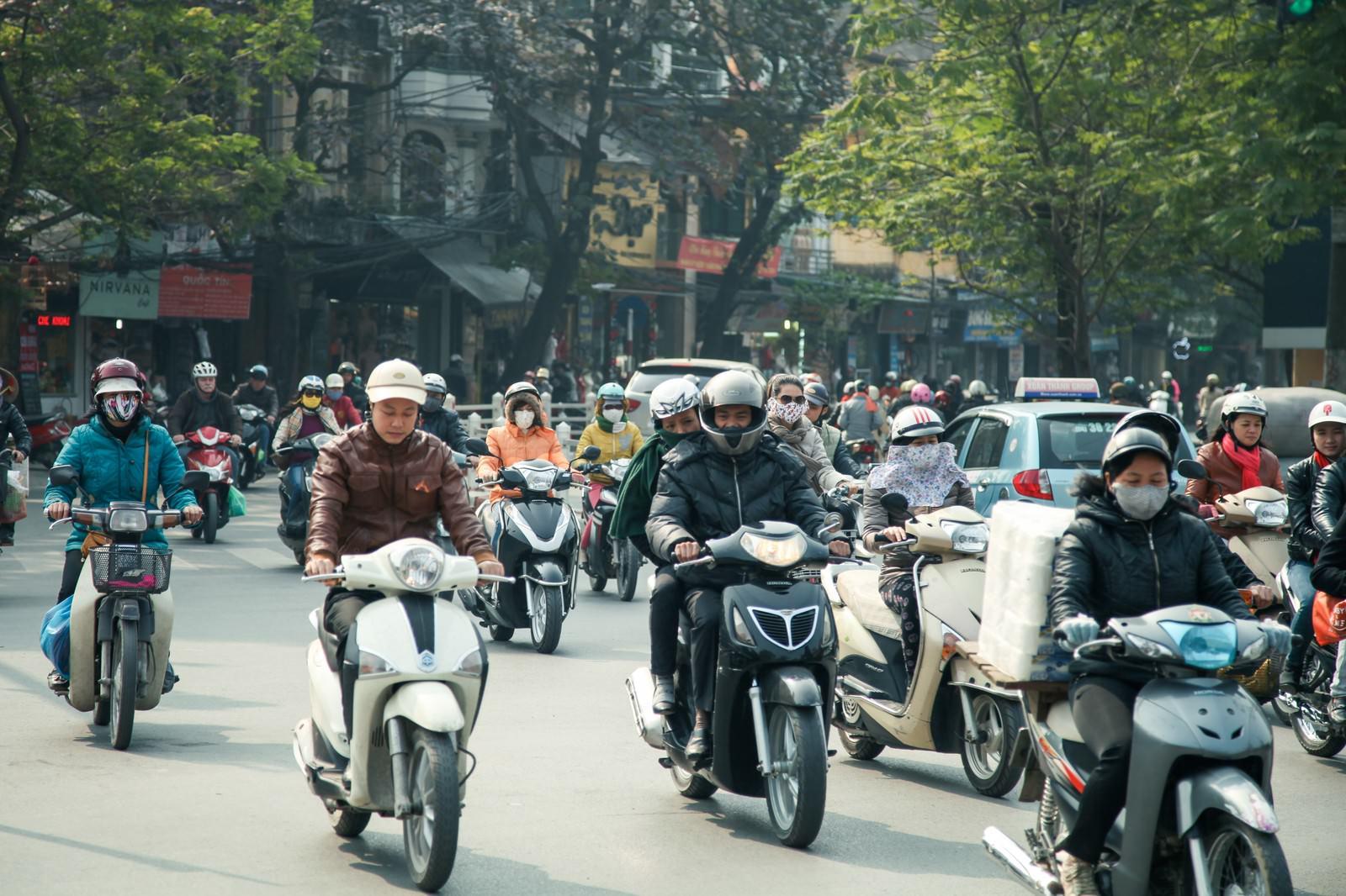 「ベトナムハノイ市街のバイク文化」の写真