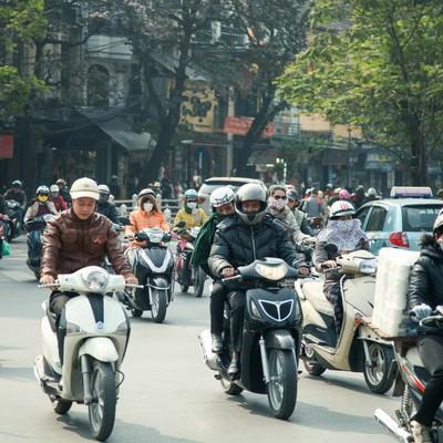 ベトナムハノイ市街のバイク文化の写真