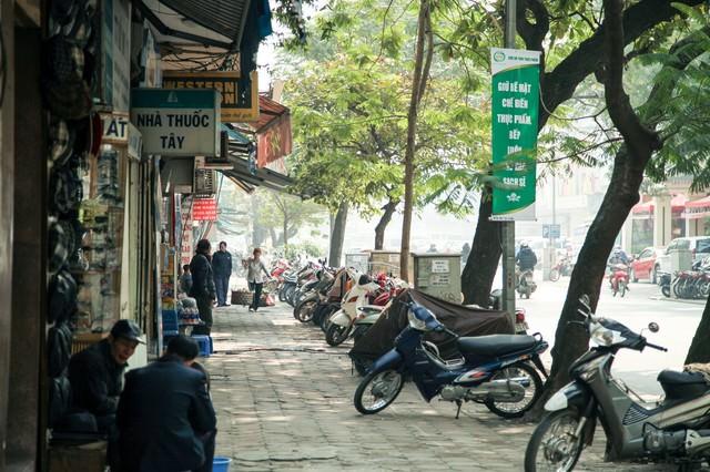 ハノイ市街の歩道の通りの写真