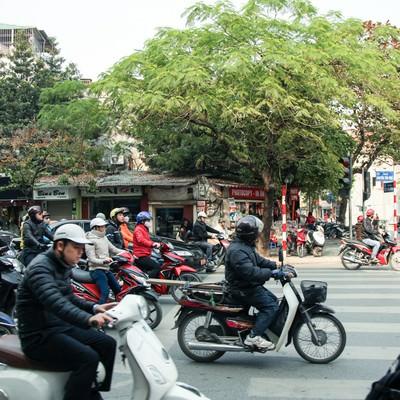 「ハノイ市街のバイク風景」の写真素材
