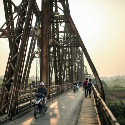 「ロンビエン橋の夕暮れ」の写真素材