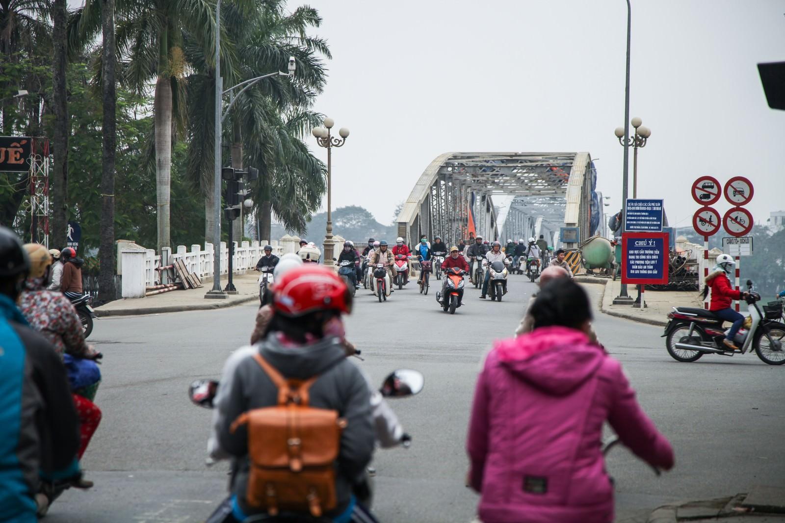 「鉄橋を渡るバイク族(ベトナムフエ) | 写真の無料素材・フリー素材 - ぱくたそ」の写真
