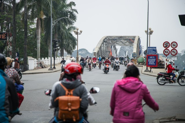 鉄橋を渡るバイク族(ベトナムフエ)の写真
