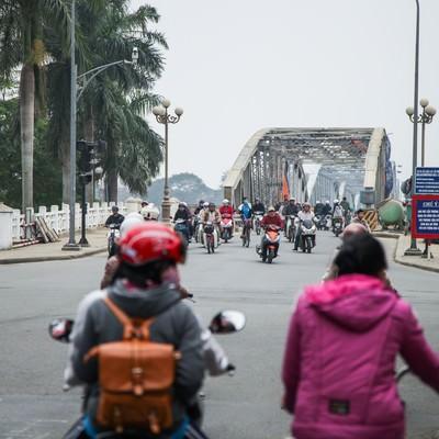 「鉄橋を渡るバイク族(ベトナムフエ)」の写真素材