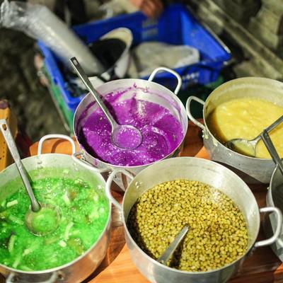 ホーチミンのマーケットにあった色鮮やかな汁モノの写真