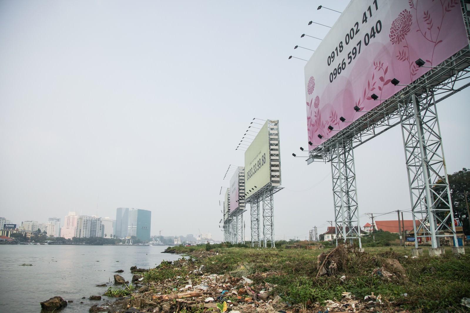 「ホーチミンの沿岸のゴミと広告看板」の写真