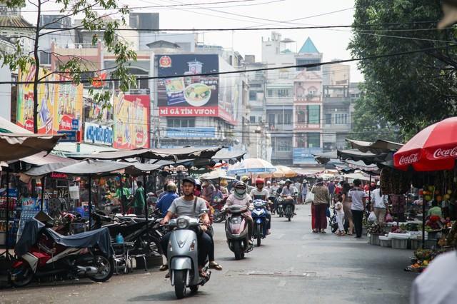 ホーチミンのマーケットと走行するバイクの写真