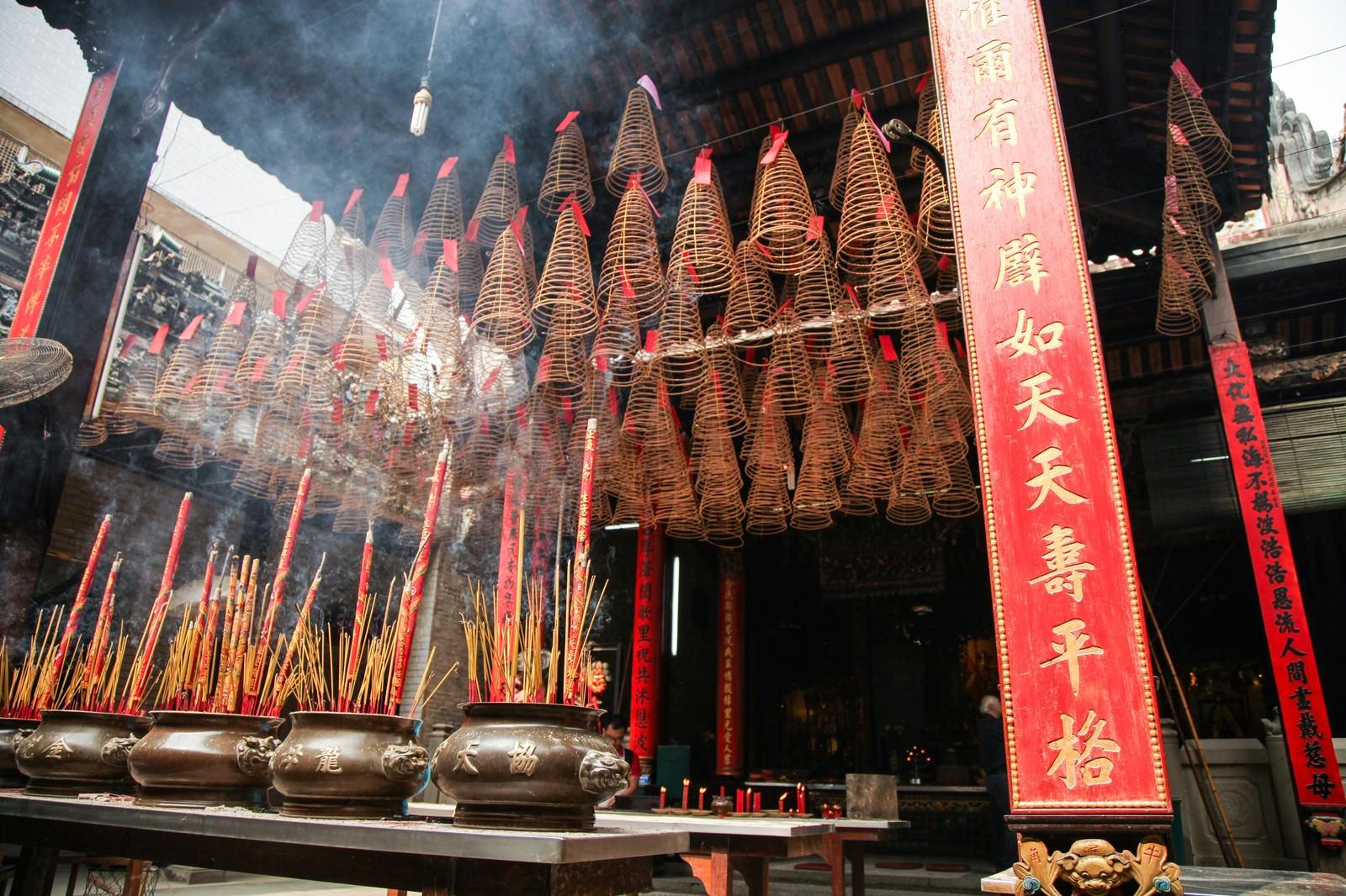 「天后宮(ティエンハウ廟)と吊るされた渦巻き線香」の写真