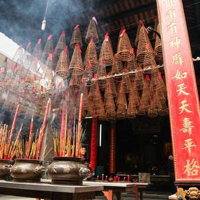 天后宮(ティエンハウ廟)と吊るされた渦巻き線香の写真