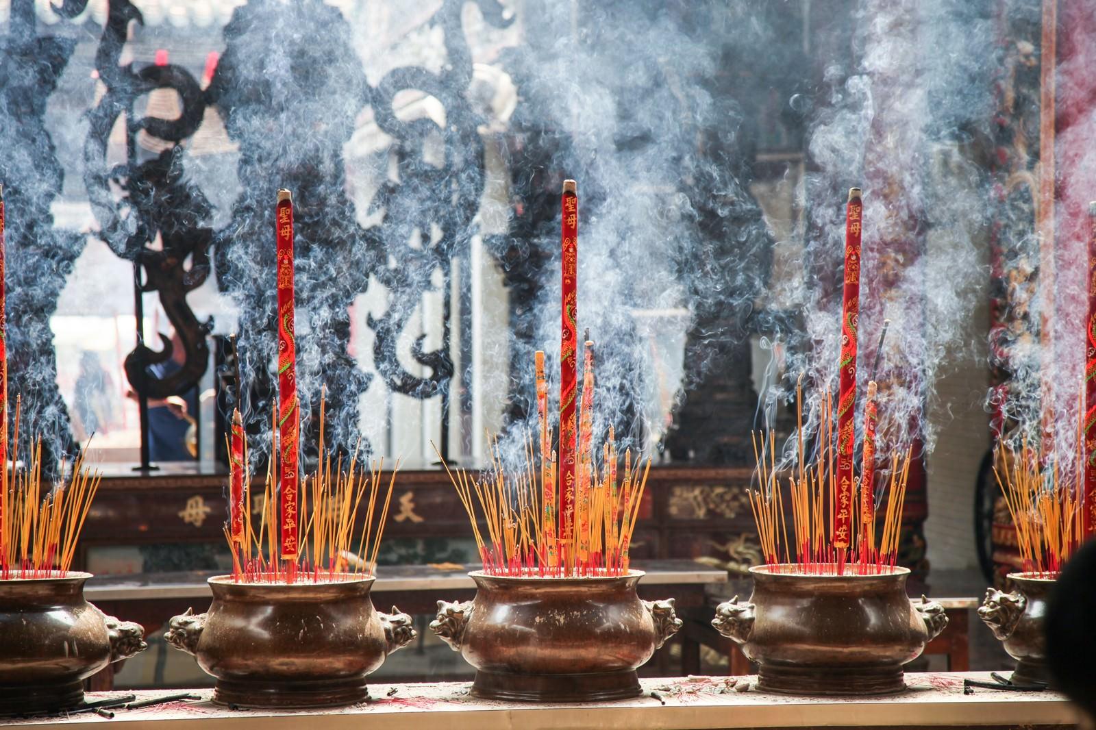 「天后宮(ティエンハウ廟)の線香と煙」の写真