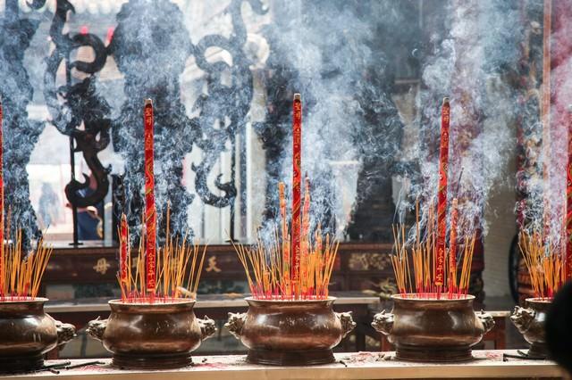 天后宮(ティエンハウ廟)の線香と煙の写真
