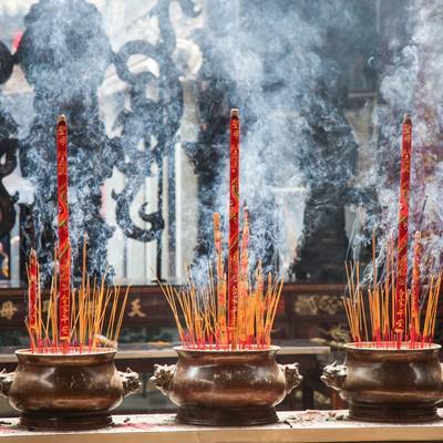 「天后宮(ティエンハウ廟)の線香と煙」の写真素材