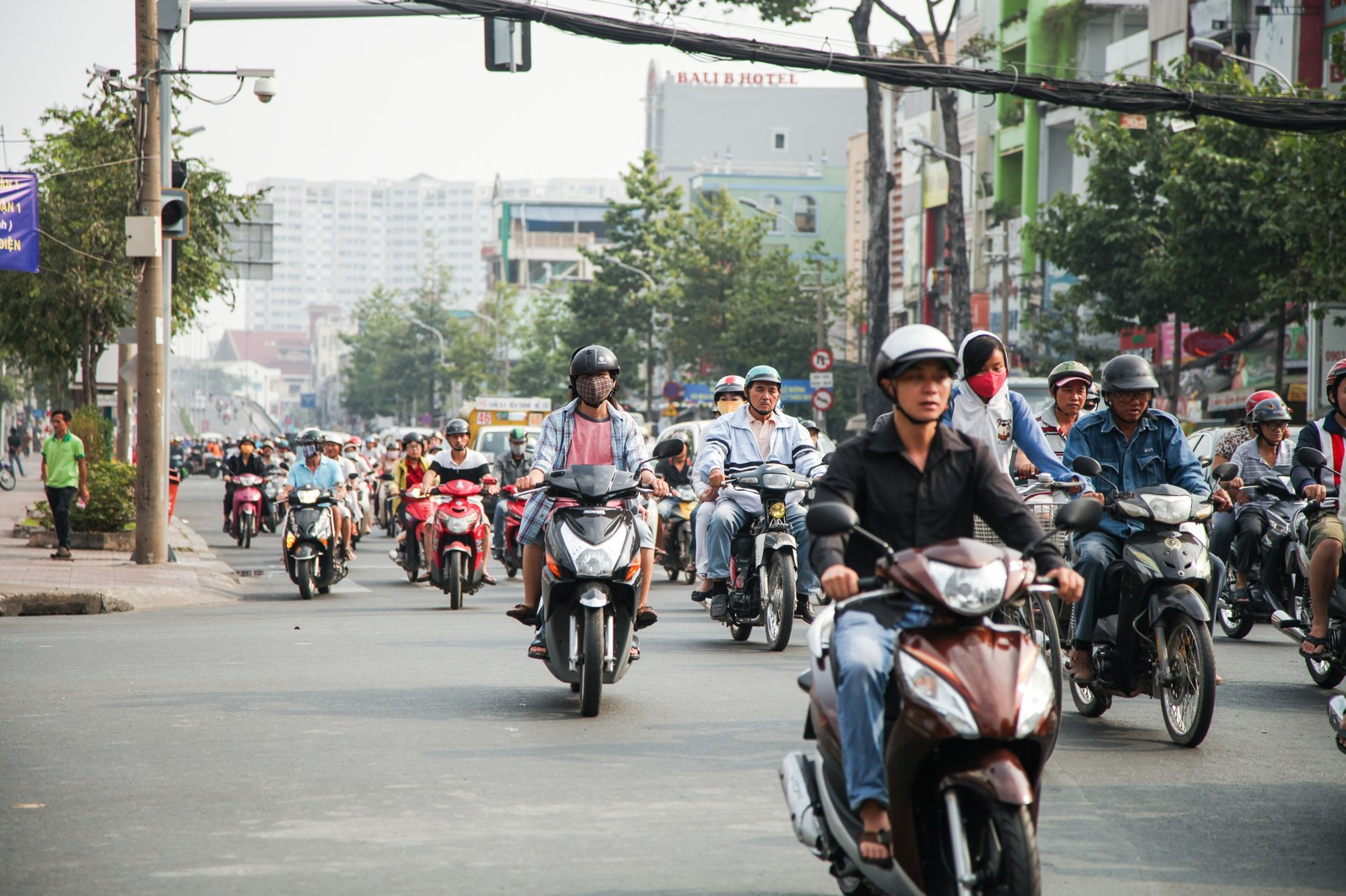 「ベトナム(ホーチミン)市街地を走行するバイク集団」の写真