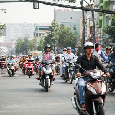 「ベトナム(ホーチミン)市街地を走行するバイク集団」の写真素材