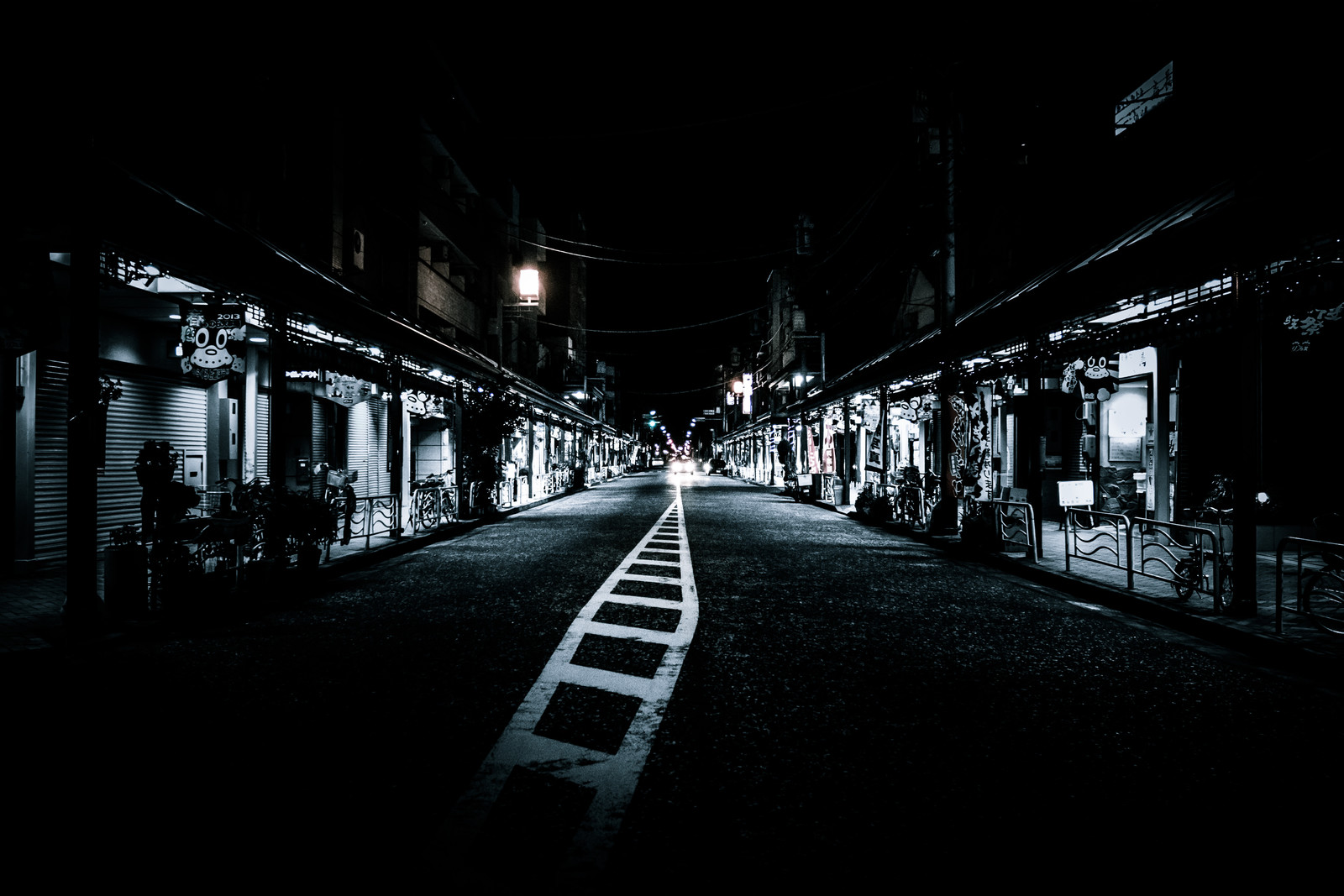 「寝静まる夜の商店街」の写真