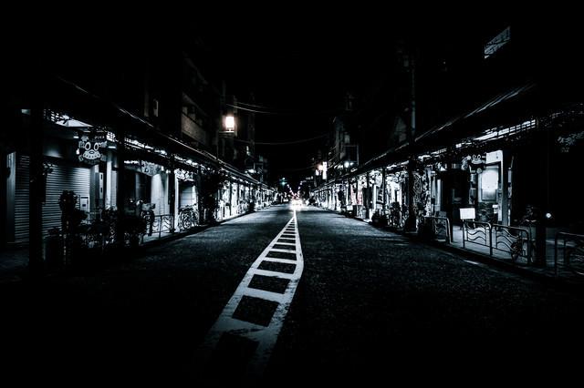 寝静まる夜の商店街の写真