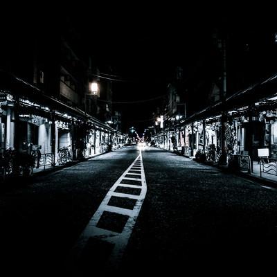 「寝静まる夜の商店街」の写真素材