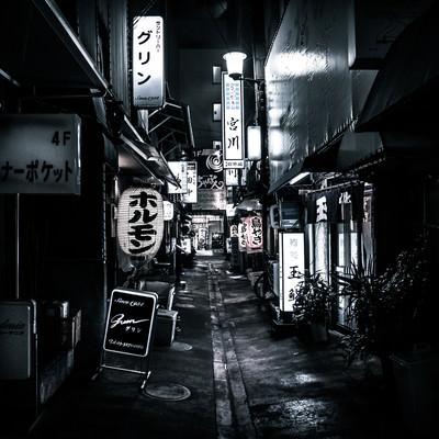 「居酒屋やスナックが並ぶ路地裏」の写真素材
