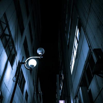 「夜間のビルとビルの隙間」の写真素材