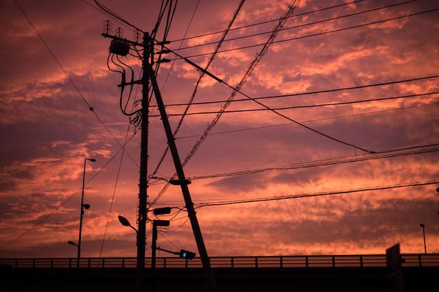 夕暮れと電柱のシルエットの写真