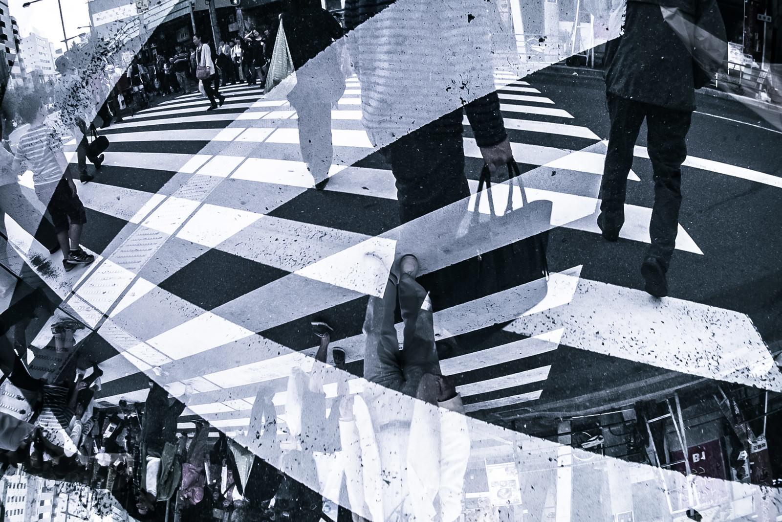「人混みと横断歩道(フォトモンタージュ)」の写真