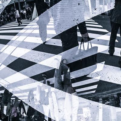 人混みと横断歩道(フォトモンタージュ)の写真