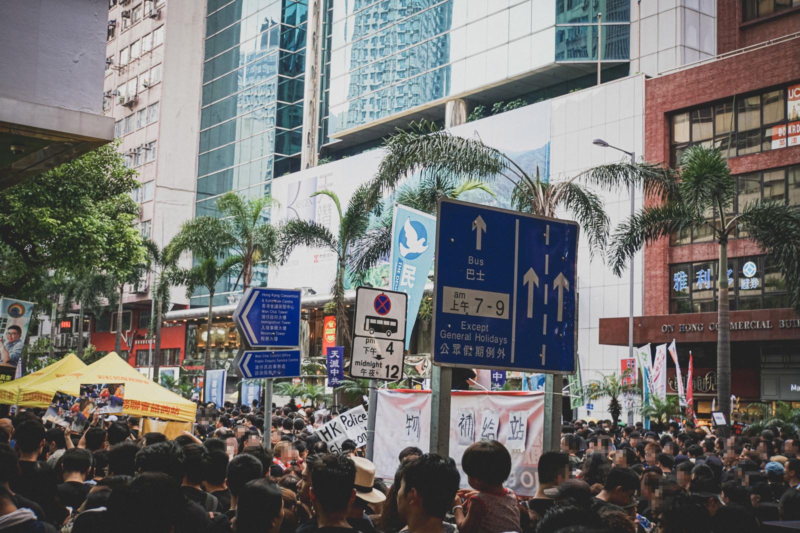 「人であふれる香港反送中デモの様子」の写真