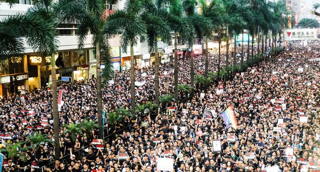 数キロにも及ぶデモ隊(香港デモ)の写真