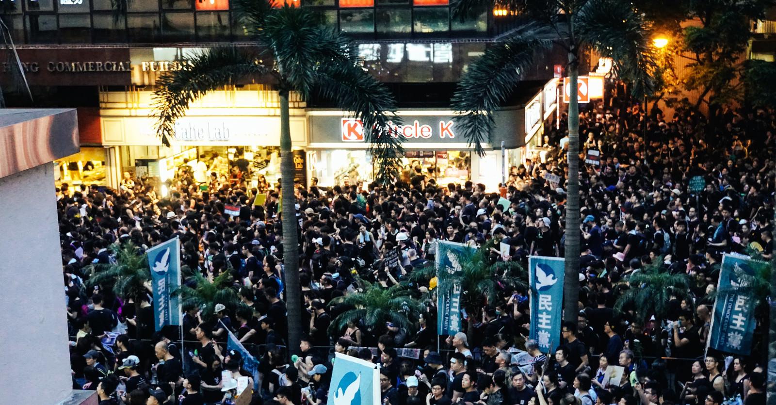 「日が暮れてもデモ隊の抗議が続く(香港デモ)」の写真