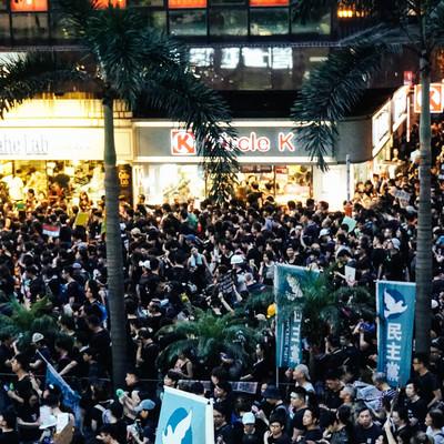 日が暮れてもデモ隊の抗議が続く(香港デモ)の写真