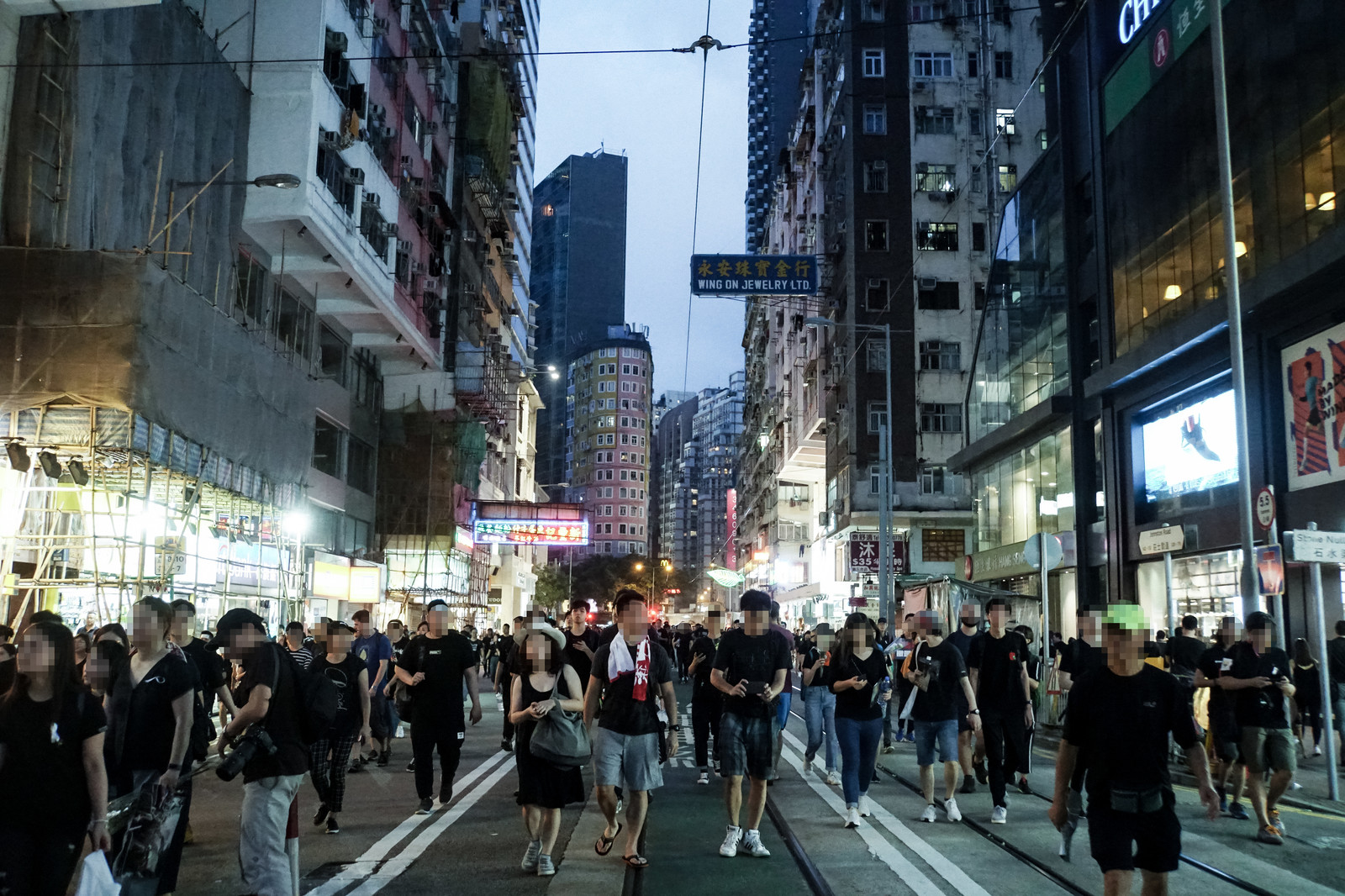 「路上を歩く人達(香港デモ)」の写真