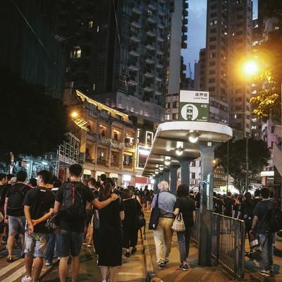 香港デモで路上を歩く人々の写真