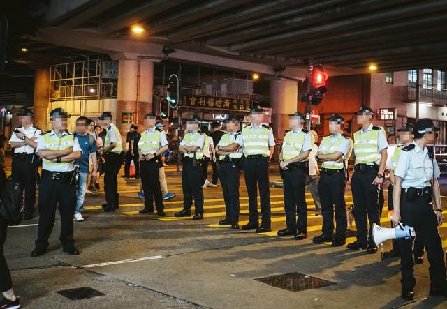 香港デモで道を塞ぐ警察官の写真