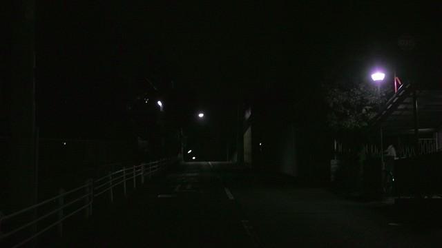 街灯があっても暗い夜道の写真