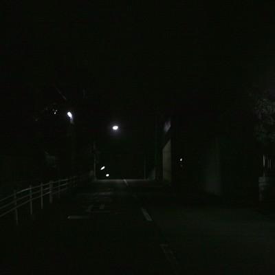 「街灯があっても暗い夜道」の写真素材